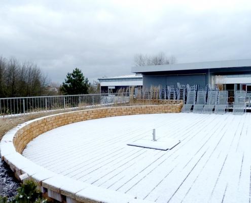 Die hier verschneite Dachterasse von der Bildungsstätte Grünberg wird im Sommer als Biergarten genutzt.