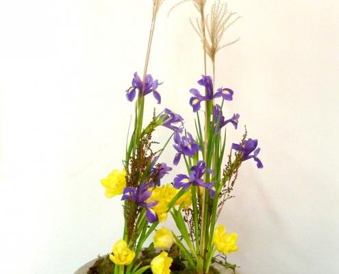 vegetatives Blumengesteck mit imaginärem Mittelpunkt
