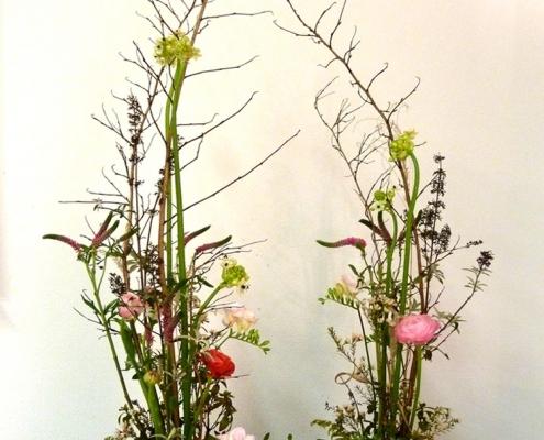 Wie gespiegelt: Blumengesteck mit Form- und Farbbeziehung
