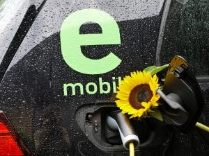 Tankstutzen, Aufladen mit Öko-Strom, Foto BlumenStudio Kolberger