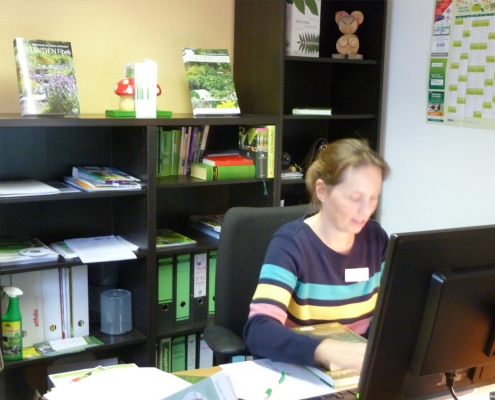 Frau Schuh bei der Arbeit, sie Frau Schuh, Koordinatorin für Seminare und Bibliothek im Bildungszentrum Floristik