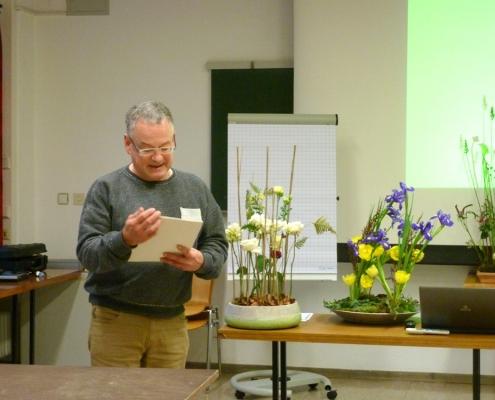Moderator Ulrich Klein, Floristikmeister aus Guxhagen, verteilt die Teilnehmerzertifikate.