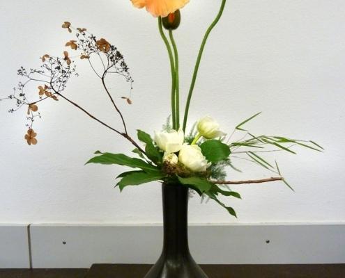 formal und linear, Blumenstrauß mit Mohn und Hortensie