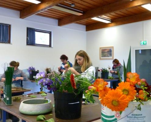 Im Studio 2 in Grünberg: Durch praktische Übungen Seminarwoche floristische Grundelemente vermittelt.