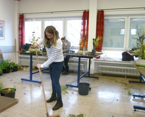 Aufräumarbeiten im Studio 2, Bildungszentrum Floristik in Grünberg